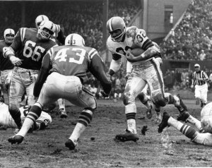 Jim Brown about to collide with Lenny Lyles during the '64 NFL Title Game.