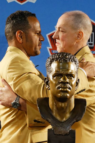 Andre Reed embracing Jim Kelly after hiss induction speech.